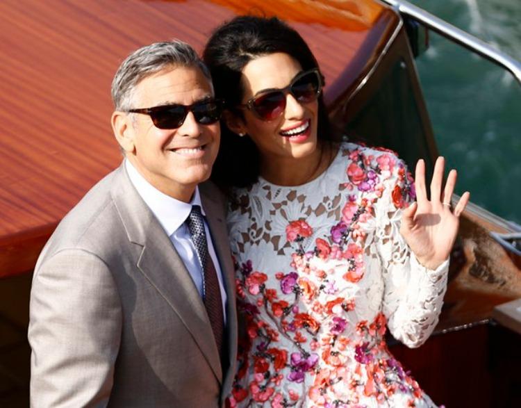 O casal fez um passeio no grande canal de veneza