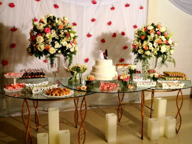Mesa de doces para casamento 7 dicas para a decoração ideal  As