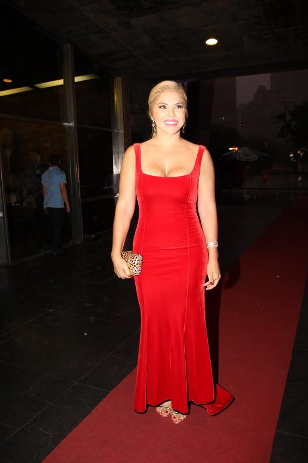 A mãe do noivo, Verônica Costa estava usando um vestido vermelho deslumbrante
