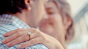Anuncio de noivado nas redes sociais